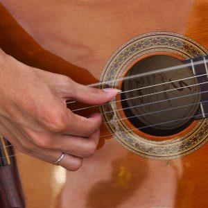 Est-ce difficile d'apprendre à jouer de la guitare?